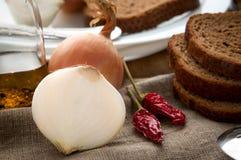 Zamyka w górę spokojnego życia chleb, cebula, pieprz i Obrazy Stock
