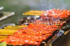 Zamyka w górę sprzedawcy podczas piec na grillu Południowego korzennego kurczaka Kora Lae Obraz Stock