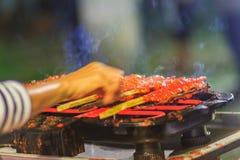 Zamyka w górę sprzedawcy podczas piec na grillu Południowego korzennego kurczaka Kora Lae Zdjęcia Stock
