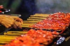 Zamyka w górę sprzedawcy podczas piec na grillu Południowego korzennego kurczaka Kora Lae Zdjęcia Royalty Free
