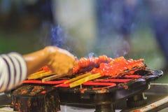 Zamyka w górę sprzedawcy podczas piec na grillu Południowego korzennego kurczaka Kora Lae Obrazy Royalty Free