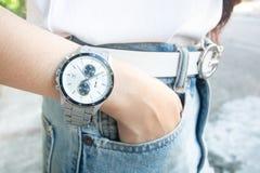 Zamyka w górę stali nierdzewnej ręki zegarka i modeluje pozować zdjęcia royalty free
