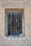 zamyka w górę starego drewnianego okno z barami blokuje dostęp w ścianie beton, błoto i kamień w zamknięty zaniechanym żelazo, obraz royalty free