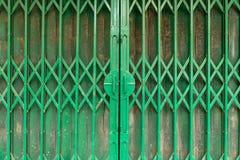 Zamyka w górę starego zielonego stalowego ślizgowego drzwi handel detaliczny w Hanoi, Wietnam Obrazy Royalty Free