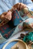 Zamyka W g?r? Starszej kobiety dziergania poduszki pokrywy W Domu zdjęcie stock