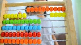 Zamyka w górę strzał azjatykciej małej dziewczynki bawić się abakusa z matką zbiory wideo