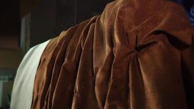 Zamyka w górę strzału kanapa, mężczyzna tapiceruje w jedwabniczym płótnie w jego warsztacie zbiory wideo