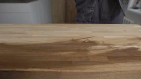 Zamyka w górę strzału mężczyzna jest ubranym ochron rękawiczki pracuje z drewnem zbiory wideo