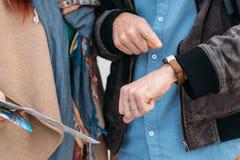 Zamyka w górę strzału mężczyzna sprawdza czas na jej smartwatch Podróżnik z dziewczyną Zdjęcie Stock
