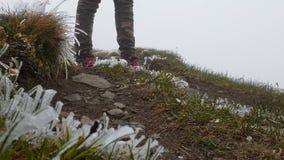 Zamyka w górę strzału but podróżnik w górach przy śnieżną pogodą zdjęcie wideo