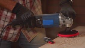 Zamyka w górę strzału proces polerować meble używać elektrycznego narzędzie zdjęcie wideo