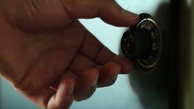 Zamyka w górę strzału ręka która otwiera kędziorek na szafie zbiory wideo