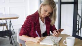 Zamyka w górę strzału ręki Piękna i młoda pomyślna biznesowa kobieta z notepad w kawiarni, pracuje jako freelancer zdjęcie wideo