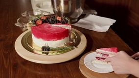 Zamyka w górę strzału słodki tort który ciie plasterek na talerzu i stawia kobieta zdjęcie wideo