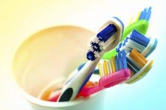 Zamyka w górę strzału set stubarwni toothbrushes w szkle na cl Obraz Stock