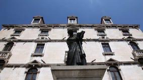 Zamyka w górę strzału stara budynku ` s fasada z statuą w midlle zdjęcie wideo
