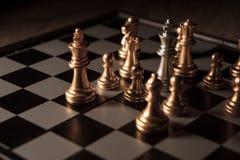 Zamyka w górę strzału szachy na grą planszowej z ciemnym nastrojem i tonuje proces turniejowego pojęcie obraz royalty free