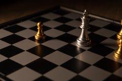 Zamyka w górę strzału szachy na grą planszowej z ciemnym nastrojem i tonuje proces turniejowego pojęcie fotografia royalty free