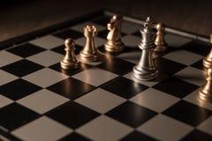 Zamyka w górę strzału szachy na grą planszowej z ciemnym nastrojem i tonuje proces turniejowego pojęcie obraz stock
