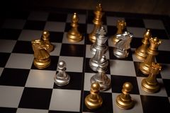 Zamyka w górę strzału szachy na grą planszowej z ciemnym nastrojem i tonuje proces turniejowego pojęcie fotografia stock