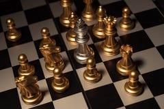 Zamyka w górę strzału szachy na grą planszowej z ciemnym nastrojem i tonuje proces turniejowego pojęcie obrazy royalty free