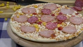 Zamyka w górę surowej pizzy wiruje na stole, od above zdjęcie wideo