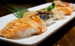 Zamyka w górę suszi Ustalonego sashimi przy japońską restauracją Fotografia Royalty Free