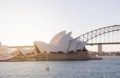 Zamyka w górę Sydney opery z schronienie łodzią w plecy i mostem zdjęcia stock