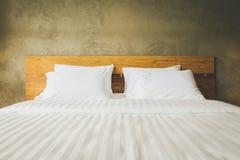 Zamyka w górę sypialnia apartamentu wnętrza z białymi poduszkami i izoluje conc Obrazy Stock