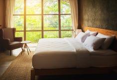 Zamyka w górę sypialnia apartamentu wnętrza z białymi poduszkami i izoluje conc Zdjęcie Royalty Free