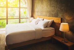 Zamyka w górę sypialnia apartamentu wnętrza z białymi poduszkami i izoluje conc Obraz Royalty Free