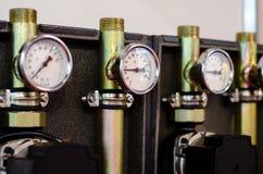 Zamyka w g?r? systemu z wiele stalowymi drymbami, manometrami i pomp?, zdjęcia stock