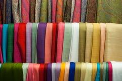 Zamyka w górę szalika wiele tło w ulicznego rynku tkaninie obrazy royalty free