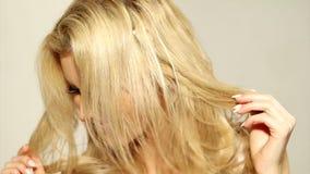 Zamyka w górę Szczęśliwej Blond dziewczyny Dotyka jej włosy zbiory wideo