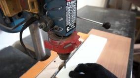 Zamyka w górę szczegółu ręki pracuje na wiertniczej maszynie przy ciesielka warsztatem dla footage Mężczyzna wręcza działanie z zdjęcie wideo