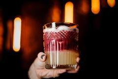 Zamyka w górę szkła Nowy Jork podśmietania koktajl w kobiety ` s ręce Zdjęcia Royalty Free
