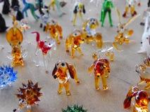 Zamyka w górę szklanych pamiątkarskich figurek psy w lokalnym bazarze Zdjęcia Royalty Free