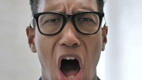 Zamyka W górę Szokującej twarzy Afrykański biznesmen, Zdumiewającej stratą zbiory wideo