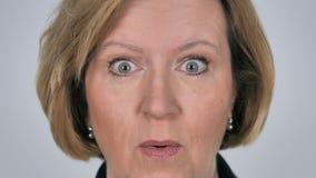 Zamyka W górę Szokujący, Zastanawiający się starej kobiety twarz zdjęcie wideo