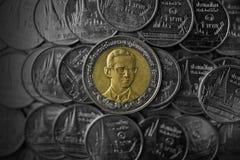 Zamyka W górę Tajlandzkiego monety dziesięć skąpania na czarnym tle Fotografia Royalty Free