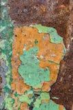 Zamyka W górę tekstury Odłupana obieranie zieleni farba nad rdzą, pokrywa obraz royalty free