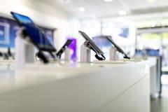 Zamyka w górę telefonów komórkowych lub telefonów komórkowych na pokazie w nowożytnym, obraz stock