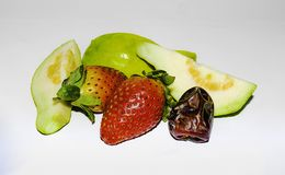 zamyka w g?r? truskawki, pokrojonego guava i daty, fotografia stock