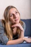 Zamyka w górę twarz portreta młodej brunetki przyglądający up Zdjęcie Royalty Free