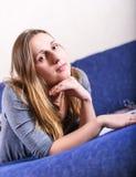 Zamyka w górę twarz portreta patrzeje kamerę młoda brunetka Zdjęcia Stock