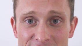 Zamyka w górę twarz portreta szczęśliwy atrakcyjny młody człowiek patrzeje kamerę odizolowywających na białym tle ono uśmiecha si zbiory