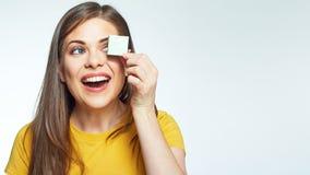 Zamyka w górę twarz portreta toothy uśmiechnięty młodej kobiety mienia li Obrazy Stock