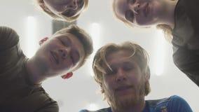 Zamyka w górę twarzy cztery ludzie opowiada stać w okręgu nad kamera Firma męskie i żeńskie atlety zbiory wideo