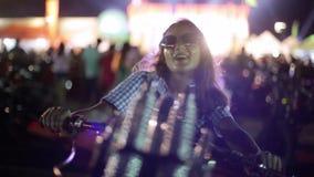 Zamyka w górę twarzy zmysłowa brunetki kobieta w okularach przeciwsłonecznych pozuje tanczyć na motocyklu podczas gdy patrzejący  zdjęcie wideo