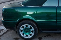 Zamyka w górę tylni koła dobra zieleń sportów samochód, Tylni koła przejażdżka obraz stock